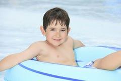 Kinderspiel am Poolplatz in einem schönen Stockfotografie