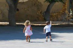 Kinderspiel sorglos in einem kleinen Quadrat in der historischen Mitte von Iraklio stockfoto