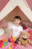 Kinderspiel: Täuschen Sie Lebensmittel, Spielwaren und Tipi-Zelt vor Stockbilder