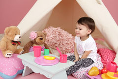Kinderspiel: Täuschen Sie Lebensmittel, Spielwaren und Tipi-Zelt vor Lizenzfreies Stockfoto