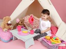 Kinderspiel: Täuschen Sie Lebensmittel, Spielwaren und Tipi-Zelt vor Stockfoto
