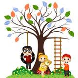 Kinderspiel unter dem Baum Stockfoto