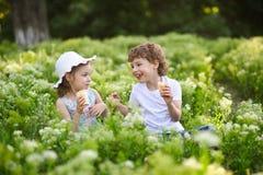 Kinderspiel zusammen im Garten Lizenzfreies Stockfoto