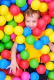 Kinderspielball-Poolspaß Freude nett lizenzfreies stockbild