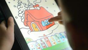 Kinderspiele auf der Tablette stock video