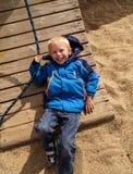 Kinderspiele auf Spielplatz und lächelt Stockbild