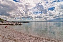 Kinderspiele auf Strand im Ostufer von See Garda Stockbild