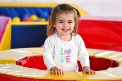 Kinderspiele in der Spiel-Mitte stockfotos