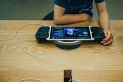 Kinderspiele ein Computerspiel auf einer Apple-Spielkonsole oder auf einem iPad mit einem speziellen Steuerknüppel, der zu a mach lizenzfreie stockbilder