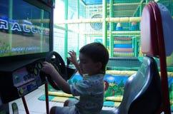 Kinderspiele in einem Raum mit Spielautomaten stockfoto