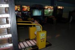 Kinderspiele in einem Raum mit Spielautomaten stockbild