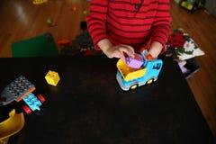 Kinderspiele mit Auto und Würfeln auf dem Tisch stockbilder