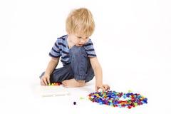 Kinderspiele mit einem Mosaik Stockfoto