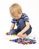 Kinderspiele mit einem Mosaik Lizenzfreie Stockfotos