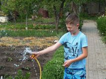 Kinderspiele mit Wasser stockfotos