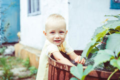 Kinderspiele mit Wasser lizenzfreies stockfoto