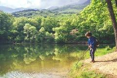 Kinderspielfischen nahe See lizenzfreie stockfotos