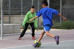 Kinderspielfußball im Schulhof Stockbilder