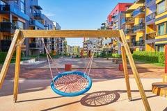 Kinderspielplatz des modernen Komplexes der Wohngebäude Lizenzfreie Stockfotografie