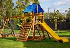 Kinderspielplatz im Freien am sonnigen Tag Stockfotografie