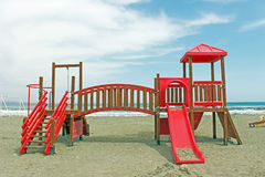 Kinderspielplatz nahe bei dem Meer Stockbild