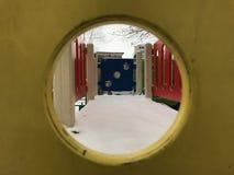 Kinderspielplatz und erster Schnee Stockfotos