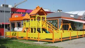 Kinderspielplatz vor dem Einkaufszentrum und der Tankstelle Stockfotos