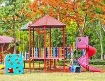 Kinderspielplatzgeräte am Garten Stockfotos