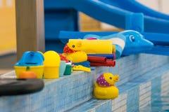 Kinderspielwaren auf Pool Stockfotos