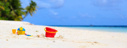 Kinderspielwaren auf weißem Sandstrand des Sommers Stockbild