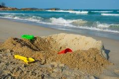 Kinderspielwaren im Sand Lizenzfreie Stockfotografie