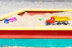 Kinderspielwaren im Sandkasten Stockfotos
