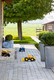 Kinderspielzeug-Autos am Vorstadthaus-Hinterhof stockbild
