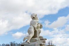 Kinderstatue im Garten Stockfotografie