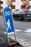 Kinderstraßenüberquerung Lizenzfreies Stockbild