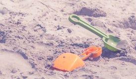 Kinderstrand-Schaufeln im Sand Stockfotos
