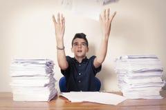 Kinderstudent auf dem Schreibtisch stockfotografie