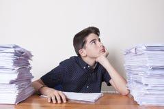 Kinderstudent auf dem Schreibtisch lizenzfreies stockfoto