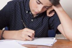 Kinderstudent auf dem Schreibtisch lizenzfreies stockbild