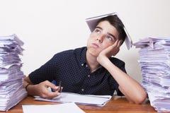 Kinderstudent auf dem Schreibtisch stockbilder