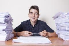 Kinderstudent auf dem Schreibtisch stockbild