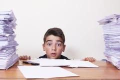 Kinderstudent auf dem Schreibtisch stockfotos