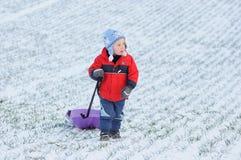 Kindertätigkeit auf erstem Schnee stockfotos