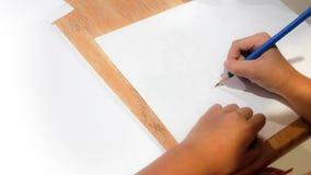 Kindertätigkeit ist- Bleistift-Zeichnungs-Hintergrund- und -kopienraum Stockfotos