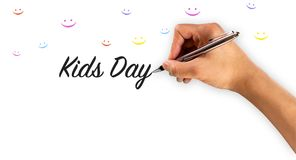 Kindertag mit Handschrift und bunter smileyikone lizenzfreie stockfotos
