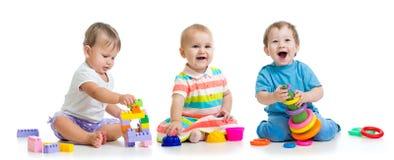 Kindertagesst?ttenbabys spielen mit p?dagogischen Spielwaren stockfotos