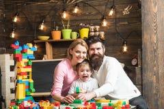 Kindertagesstättenkonzept Kindertagesstättenkind mit Mann und Frau im Spielraum Kindertagesstätte und Kindergarten Kindergarten stockbild