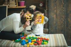 Kindertagesstättenkonzept Kindertagesstättenkind und -mann spielen mit Bauspielwaren Kindergarten Kindertagesstätte und Kindergar stockfoto