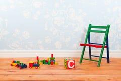 Kindertagesstättenraum mit blauem Weinlesewandpapier und -spielwaren Stockfoto
