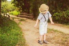 Kindertanz im Wald Lizenzfreie Stockfotografie